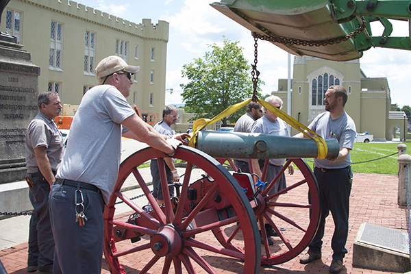 Crew lifts cannon tube from carriage