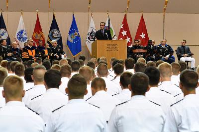 Journalist Bob Woodruff speaks to cadets during academic convocation in Cocke Hall.