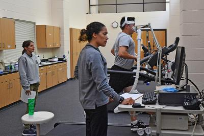 Capt. Katie Gorman and Bethany King '18 perform a VO2 max test on a study participant.